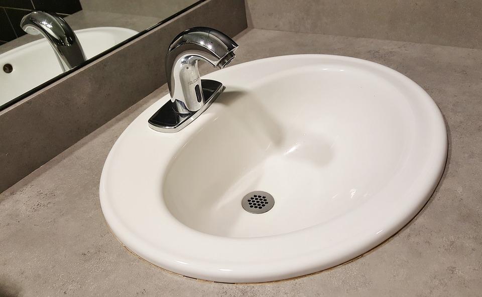biała umywalka wpuszczana w blat